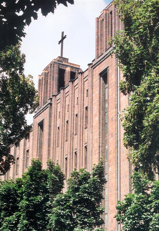 bekenntniskirche-treptow-mit-baum